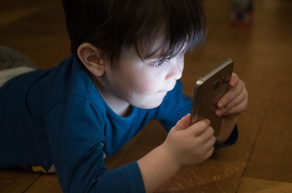 enfant écran téléphone